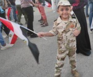 «صورة بألف كلمة».. طفل بالزي العسكري يرفع علم مصر وسط حشود الشرقية احتفالا بنصر أكتوبر ودعم الرئيس والدولة