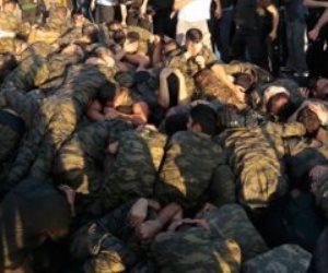 مشاهد لن يمحوها الزمن.. حين سحل أنصار أردوغان الجيش التركي في الشوارع