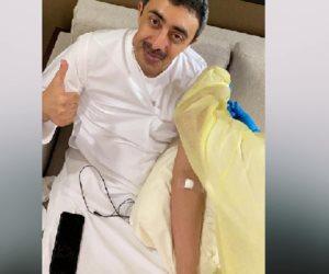 عبد الله بن زايد يتلقى لقاح كورونا (فيديو)