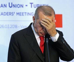 انهيار الليرة وهروب المستثمرين.. الاقتصاد التركي يسقط بسبب أردوغان