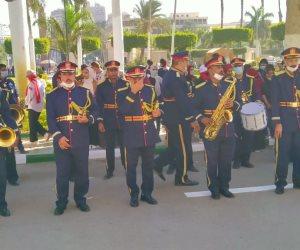 فريق موسيقى الشرطة يجوب جامعة القاهرة ويعزف السلام الجمهورى (صور)