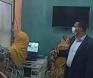 """""""صاحبة واقعة الشباك"""".. مديرة مدرسة عمر مكرم لمحافظ الدقهلية: عودتي إلى العمل رد اعتباري الوحيد"""