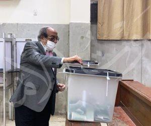 وزير الداخلية الأسبق يدلى بصوته فى انتخابات مجلس النواب بالدقى (صور)