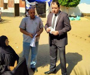 مستشار يخرج لمساعدة مسنة للتصويت في الانتخابات البرلمانية بالبحيرة (صور)