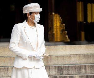 فى زيارتها لضريح الإمبراطور الراحل.. إمبراطورة اليابان أنيقة باللون الأبيض