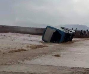 شاهد.. الأمطار تجرف أتوبيس وسيارة نقل على طريق غارب الغردقة
