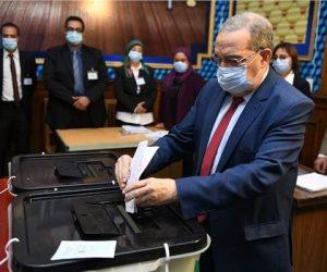 وزير الإنتاج الحربى يدلى بصوته بانتخابات النواب بمصر الجديدة