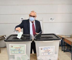 وزير الإسكان يُدلي بصوته فى انتخابات مجلس النواب بمدرسة المقطم الرسمية