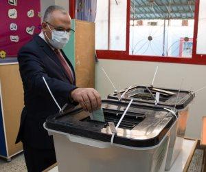 وزير الري يدلي بصوته في انتخابات مجلس النواب بالمعادي