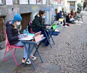 """""""أنيتا"""" فتاة إيطالية تذهب يوميا للمدرسة للاحتجاج على إغلاقها بسبب كورونا"""