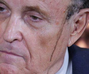 سخرية من سقوط صبغة محامي دونالد ترامب «دراما على رأسه»