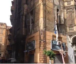 محاولات إنقاذ 4 مواطنين سقط عليهم عقار بحى الجمرك في الإسكندرية.. فيديو