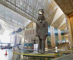 لمتابعة مستجدات الأعمال.. وزير السياحة يجتمع بقيادات المتحف المصري الكبير