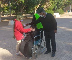 مسنة 80 عاما تشارك فى جولة الإعادة بانتخابات النواب على كرسى متحرك بقنا .. صور