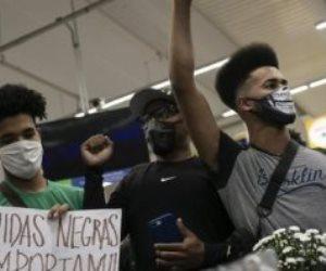 العنصرية تضرب العالم.. أمريكي يحاول طرد شباب عرب من متجر بشيكاغو