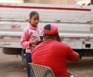 أجدع بنتين في الدنيا.. آية وهاجر شايلين قهوة أبوهم وبيجهزوا أختهم (فيديو)