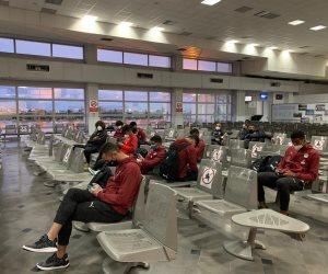 منتخب الشباب يصل مطار قرطاج فى طريقه العودة إلى القاهرة