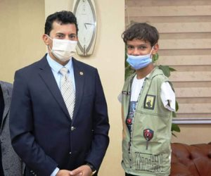 وزير الشباب يمنح قبلة الحياة للطفل المبتور ذراعيه.. اعرف تفاصيل اللقاء