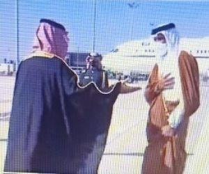 عناق بين ولي العهد السعودي وأمير قطر فور وصوله للمملكة (فيديو)