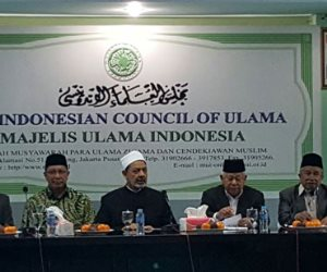"""التطعيمات vs الشرع.. كيف حصنت إندونيسيا """"لقاح كورونا"""" بفتوى دينية؟"""