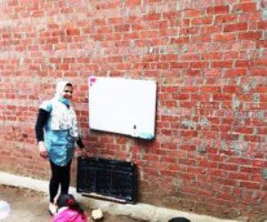 حدوتة مصرية ..طفلة بالدقهلية تعطي دروساً على السبورة لأطفال قريتها بسبب توقف الدراسة