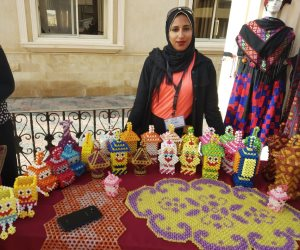 السيناوية «هالة عبد العاطي» تحفظ تراث سيناء بمجسمات متنوعة من الخرز الملون (صور)