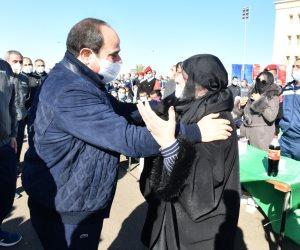موقف إنسانى للرئيس مع أم طالب بأكاديمية الشرطة.. والسيسى يقبل رأسها