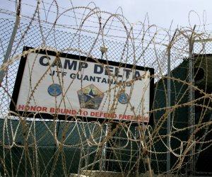 لماذا تراجع «البنتاجون» عن خطط تطعيم سجناء جوانتانامو؟