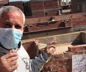 """رافعاً لافتة """"لا للتنمر"""" ..كهربائي مسن يبحث عن عمل في طنطا: مفيش حد عايز يشغلني والتضامن تستجيب"""