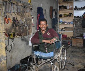 الشاب المعجزة.. بُترت قدميه ويده فصار أشهر ميكانيكي بالأقصر (صور)