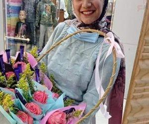 """جبر الخواطر.. """"هبة"""" بنت قنا تشتري الورود والشوكولاتة لإسعاد المواطنين في الشوارع"""