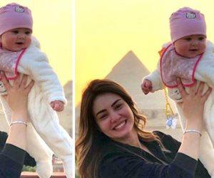 """دينا فؤاد تداعب ابنة المخرج مصطفى فكرى وتعلق :""""خطفت قلبى أول ما شفتها"""""""