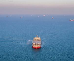 انفجار بسفينة في خليج عمان ودعوات إلى توخي الحذر
