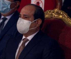 """الرئيس السيسي يبكي متأثرا خلال عرض فيلم """"سيرة الشهداء"""" بالندوة التثقيفية"""