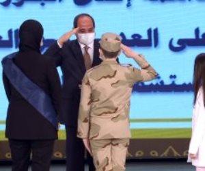 الرئيس السيسي يقدم التحية العسكرية لنجل الشهيد مصطفى عبيدو (صور)