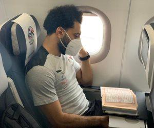 شاهد.. محمد صلاح يقرأ القرآن قبل إقلاع طائرة المنتخب إلى كينيا