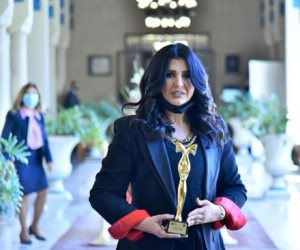 """الإعلامية منى الشاذلى تحصل على درع """"المرأة العربية"""" من جامعة الدول العربية"""