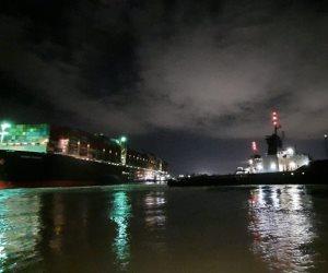 قناة السويس: بدء مناورات القطر لتعويم السفينة الجانحة
