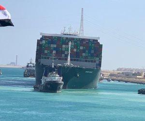 السفينة الجانحة تبحر بسرعة 1.5 عقدة بتوجيه قاطرات قناة السويس.. فيديو وصور
