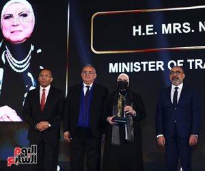 تكريم نيفين جامع وزيرة التجارة والصناعة خلال احتفالية bt100
