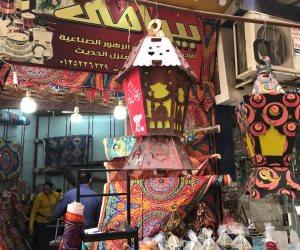 مشاهد المحبة تحرس مصر.. أسرة قبطية تبيع فوانيس وزينة رمضان احتفالا بالشهر الكريم (صور)