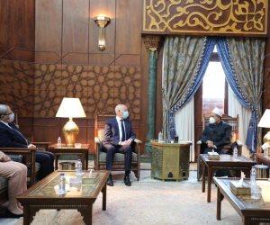 «الطيب» يهدي الرئيس التونسي كتاب «ذاكرة الأزهر الشريف»