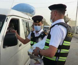 «الداخلية» توزع وجبات إفطار على الصائمين بالشوارع قبل المغرب (فيديو)