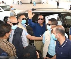 """مواطنون يقابلون الرئيس السيسى بهتافات : """"بنحبك يا ريس .. سيسى.. سيسى"""".. فيديو"""