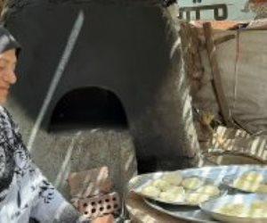 """فرحة عيد الفطر على طريقة المصريين أمام الفرن الفلاحى.. حكاية الحاجة """"نجاة"""" 30 عاما فى صناعة الكحك"""