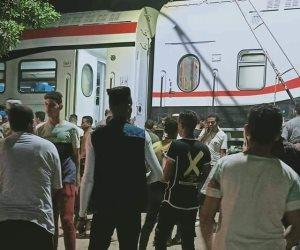 خروج قطار قادم من القاهرة لأسوان عن القضبان بمدينة العياط (صور)