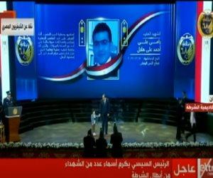 """بعد عرض مشهد اسشهاده بـ """"الاختيار 2"""" .. نجل  البطل رامي هلال يتمسك بيد الرئيس السيسي (فيديو)"""