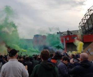 جماهير مباراة مان يونايتد وليفربول تحتشد خارج الملعب وتهدد باقتحامه (صور)