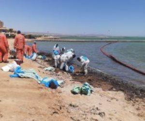 استمرار إحتواء التلوث الزيتى بأحد شواطئ الغردقة ومسح بحرى للمنطقة