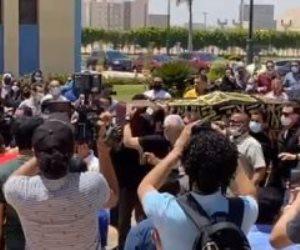 تشييع جثمان الفنان سمير غانم.. وحسن الرداد وعمرو سعد ورامي رضوان يحملان النعش